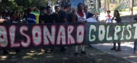 Jovens protestam em frente à casa de Bolsonaro