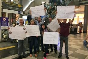 Bancários do ABC protestam contra parlamentares no aeroporto